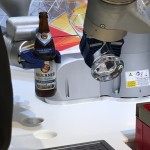 Roboter auf dem KUKA-Stand: Flasche öffnen 4.0